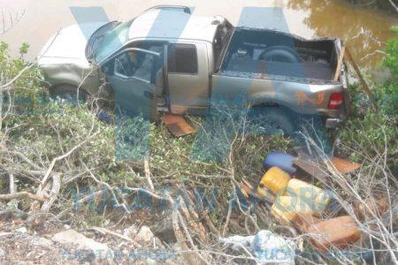 Cae al manglar y huye dejando abandonada su camioneta
