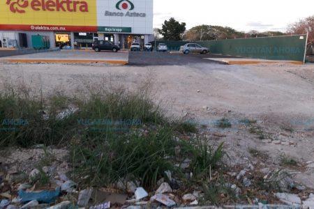 Piden pronta reparación de acera en la tienda Elektra Francisco de Montejo