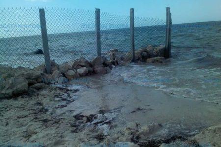 Estadounidense construye 'muro fronterizo' en playa de Yucatán