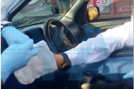 Se destroza la mano por no respetar el alto con su camioneta