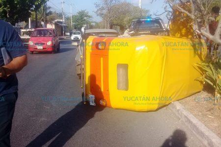 Mototaxi invade carril y termina volcado