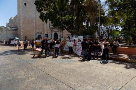 Priistas despedidos del gobierno bloquean el centro de Mérida