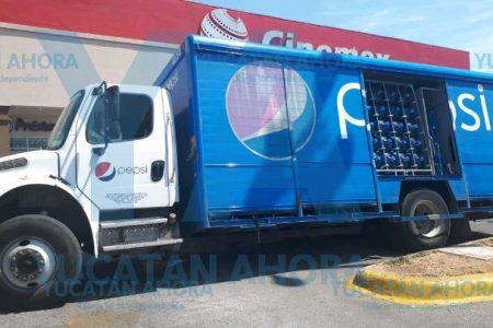 Camión de Pepsi cae en una alcantarilla