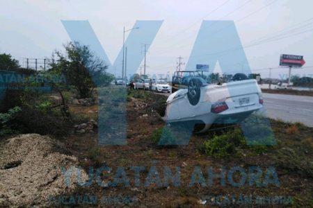 Vuelca joven conductora en la carretera Mérida-Progreso