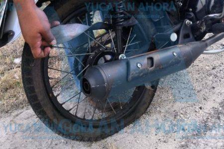 Militar derrapa al estallar la llanta de su moto