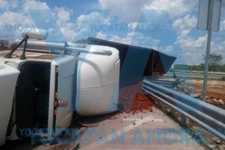 Joven trailero dormita bajando un puente del Periférico