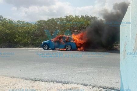 Siniestro vacacional: conductora pierde su auto al incendiarse de la nada
