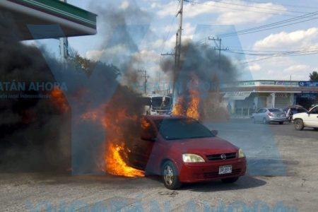 Se incendia auto en gasolinera… y los empleados lo empujan hacia la calle
