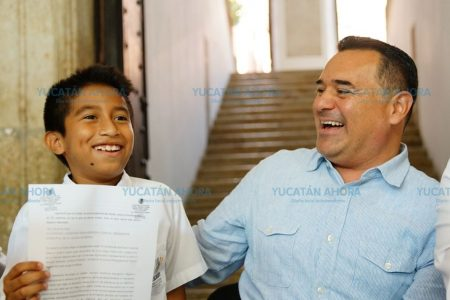 Con dotes de orador le pide al alcalde una obra para su escuela