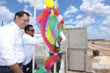 El Gobernador Mauricio Vila convive con albañiles en el Día de la Santa Cruz