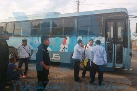 Camionero le aplasta la cabeza con la puerta del autobús
