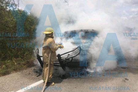 Se incendia camioneta de valores en la autopista a Cancún