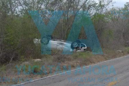 Acaban volcadas de cabeza al perder el control de su auto