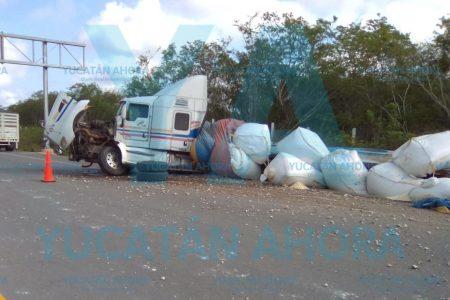 Joven chofer destroza un trailer y tira toneladas de azúcar al dormitar