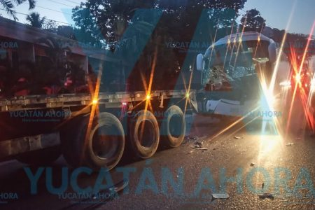 Distraído camionero choca un tráiler estacionado: dos heridos