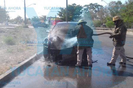 Conductora pierde su auto al incendiarse por un cortocircuito