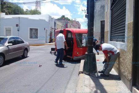 Carrito de la Coca Cola se estrella contra un semáforo
