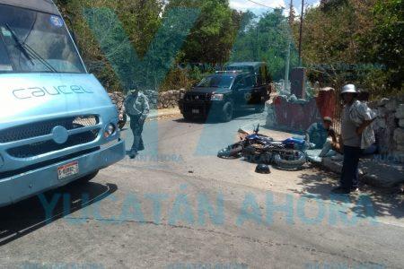 Pareja en moto acaba herida al volarse el alto y chocar un camión