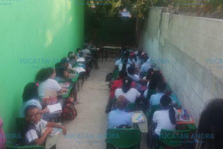 Piden 'cooperacha' para reparar el aula de sus hijos