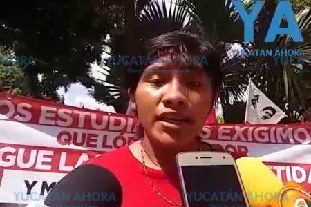 Estudiantes protestan porque no les dan becas