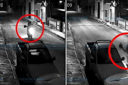 Jóvenes aprovechan las sombras de la noche para dañar autos