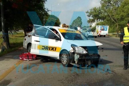 Vuelca al chocar contra una taxista que cruzó un retorno sin precaución