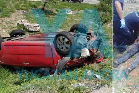Ebrio se salva tras sufrir aparatoso accidente y destrozar su auto
