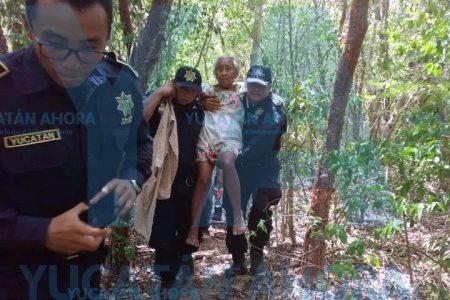 Cargada en 'hamaquita', rescatan a abuelita en el monte