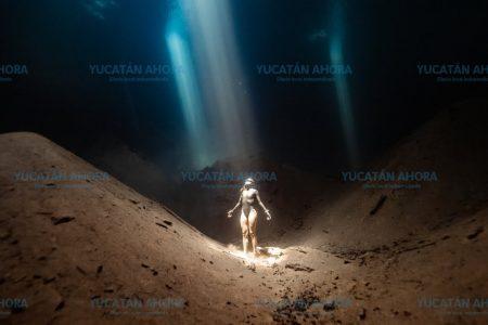 Atleta colombiana nada como pez en un cenote de Yucatán