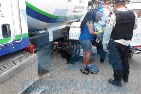 Motociclista acaba debajo de una pipa de gas