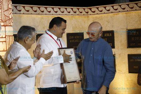 Renán Barrera Concha recibe la medalla 'Ricardo Palmerín'