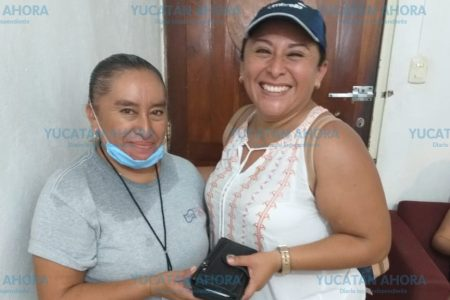 Devuelve cartera de turista que encontró en el baño en Chichén Itzá