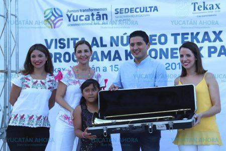 Alumnos de Tekax reciben instrumentos musicales de 'Ko'one'ex Paax'