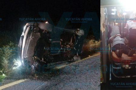 Tres heridos al volcar su auto