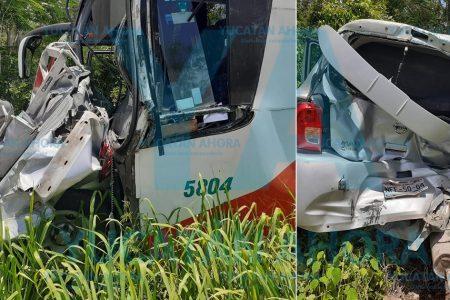 Autobús choca tres vehículos por exceso de velocidad