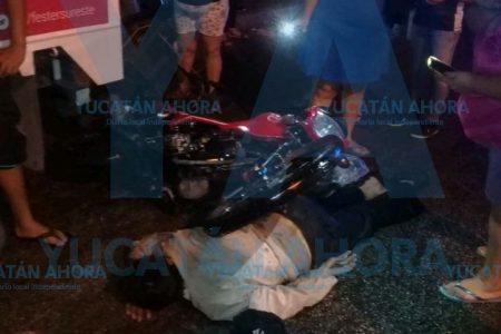 Joven choca de frente a motociclista tras invadir su carril