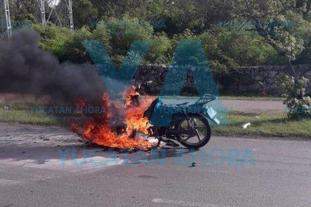 Se le quema su moto en Ciudad Caucel
