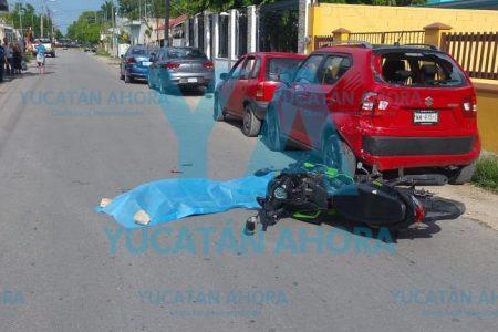 Joven motociclista muere al impactarse contra un auto estacionado