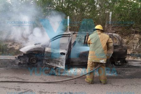 Se quema su auto totalmente y lo abandona