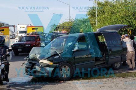 Joven chofer de tráiler choca un auto: cuatro heridos, uno sin dientes