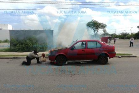 Otro auto incendiado en calles de Mérida