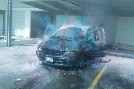 Se le quema su camioneta al bajar para comprar