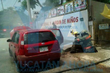 Desalojan a 25 niños de un kinder por incendio de un auto