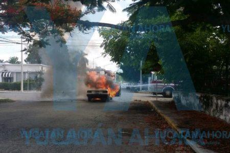 Olor a gasolina le avisó que su auto estaba a punto de quemarse