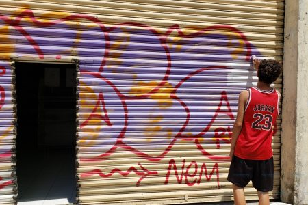 Ponen a pintar en el centro de Mérida a 'Fito' el grafitero
