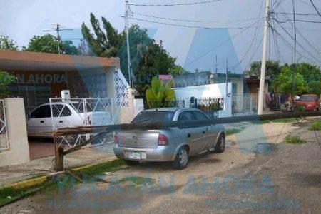 Le cae un poste a su auto, en Xoclán López Portillo