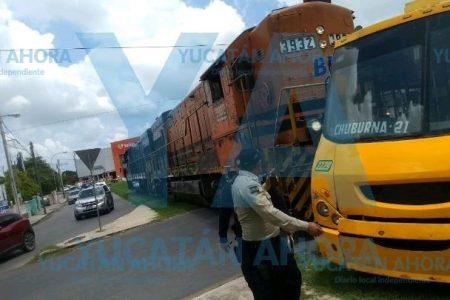 Tren arrastra un autobús de Minis 2000 que intentó ganarle el paso