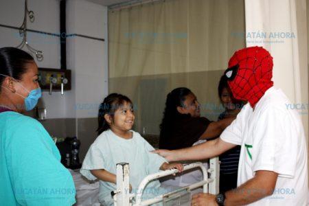 Enfermero del IMSS se disfraza de Hombre Araña para atender a pequeños pacientes
