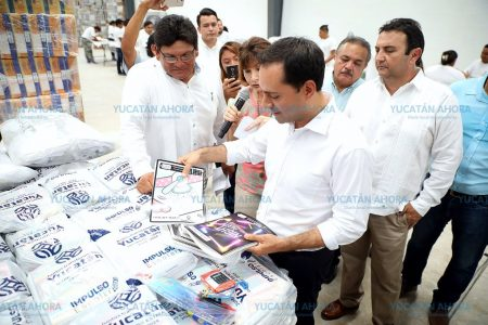 Mauricio Vila inicia la entrega de 274,619 paquetes útiles escolares