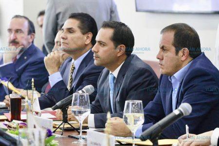 Mauricio Vila plantea en México atraso de libros de texto en Yucatán